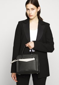 KARL LAGERFELD - POCKET SMALL TOTE - Bolso de mano - black - 1