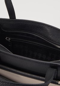 KARL LAGERFELD - POCKET SMALL TOTE - Bolso de mano - black - 3