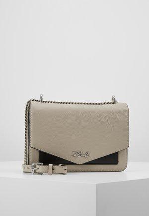 POCKET SHOULDER BAG - Taška spříčným popruhem - stone grey