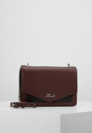 POCKET SHOULDER BAG - Sac bandoulière - wine