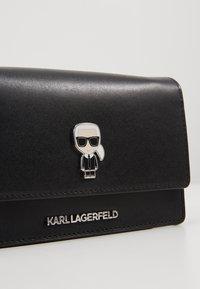 KARL LAGERFELD - IKONIK PIN WOC - Borsa a tracolla - black - 6