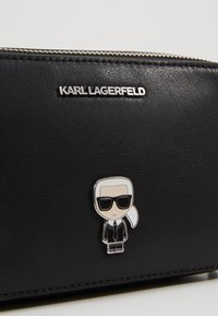 KARL LAGERFELD - IKONIK METAL PIN CAMERA BAG - Skulderveske - black - 6