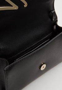 KARL LAGERFELD - SIGNATURE BELT BAG - Ledvinka - black/gold-coloured - 5