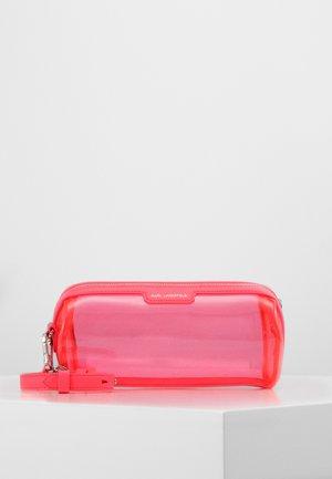 JOURNEY TRANSPARENT BARREL - Across body bag - fuchsia