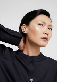 KARL LAGERFELD - PAVE  EAR CRAWLER  - Earrings - black - 1