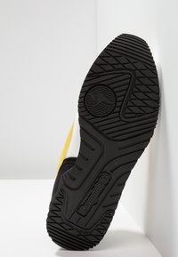 KangaROOS - OMNIRACER - Baskets basses - white/neon yellow - 4