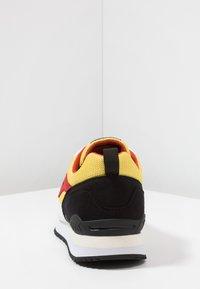 KangaROOS - OMNIRACER - Baskets basses - white/neon yellow - 3
