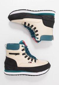 KangaROOS - WOODHOLLOW MTN - Šněrovací kotníkové boty - beige/blue - 1