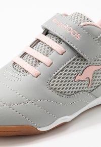 KangaROOS - RACE YARD - Sneakers - vapor grey/english rose - 2