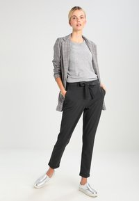 Kaffe - JILLIAN BELT PANT - Pantalon classique - dark grey melange - 2