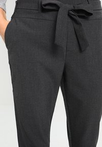 Kaffe - JILLIAN BELT PANT - Pantalon classique - dark grey melange - 4