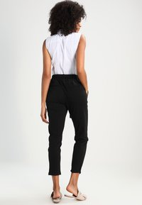 Kaffe - JILLIAN BELT PANT - Kangashousut - black deep - 3