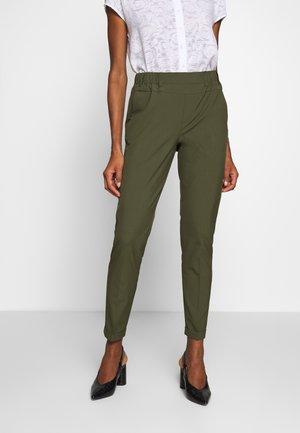 NANCI JILLIAN - Trousers - grape leaf