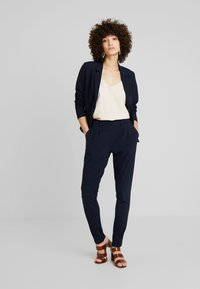 Kaffe - LYNNE JILLIAN PANTS - Bukse - midnight marine - 1