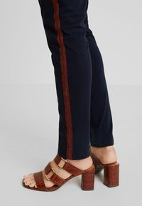 Kaffe - LYNNE JILLIAN PANTS - Bukse - midnight marine - 6