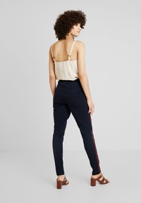 Kaffe - LYNNE JILLIAN PANTS - Bukse - midnight marine - 2