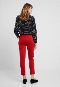 Kaffe - KINNIE PANTS - Pantalones deportivos - ketchup - 2