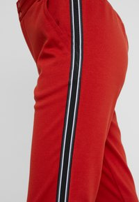 Kaffe - KINNIE PANTS - Pantalones deportivos - ketchup - 5