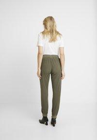 Kaffe - KAZAYNA PANTS - Pantalones - grape leaf - 2