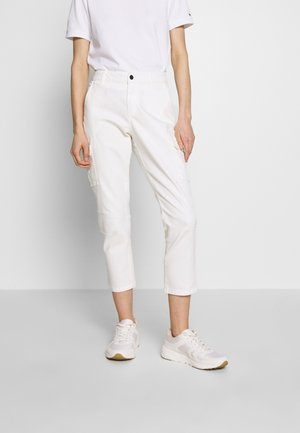 KAMANDY CAPRI PANTS - Trousers - chalk
