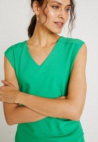 Kaffe - INDIA V-NECK - Pouzdrové šaty - fern green - 4
