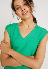 Kaffe - INDIA V-NECK - Pouzdrové šaty - fern green - 6