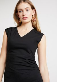 Kaffe - INDIA V-NECK DRESS - Etuikjoler - black deep - 3