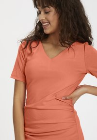 Kaffe - INDIA V-NECK - Tubino - living coral - 4