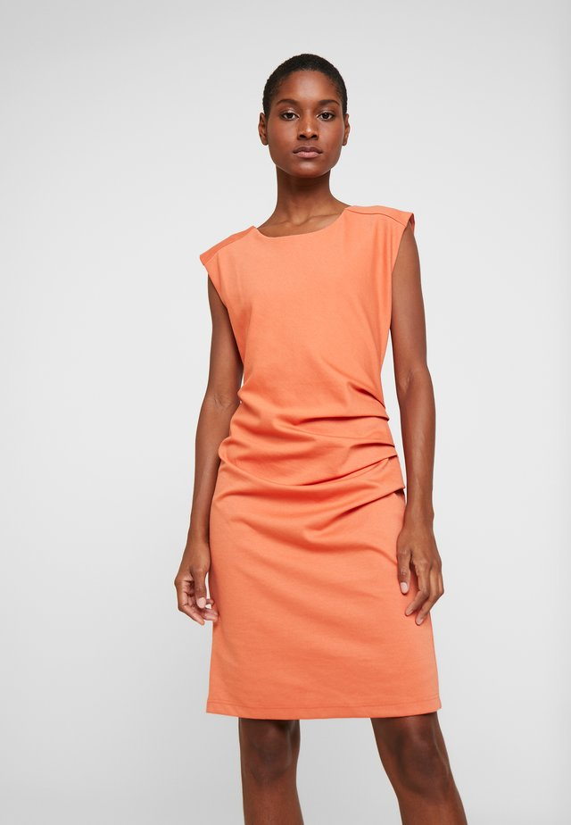 INDIA ROUND NECK DRESS - Pouzdrové šaty - dull orange