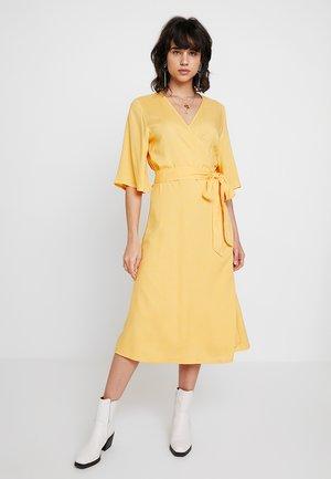KAISABEL WRAP DRESS - Sukienka letnia - amber yellow
