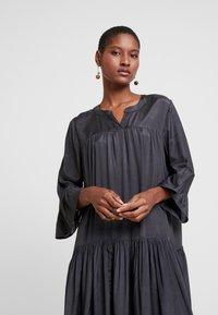Kaffe - KATHEA 3/4 DRESS - Denní šaty - asphalt grey - 4