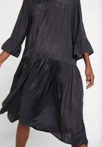 Kaffe - KATHEA 3/4 DRESS - Denní šaty - asphalt grey - 6
