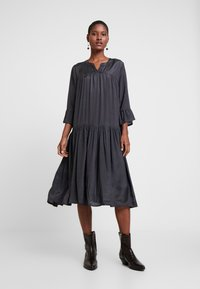 Kaffe - KATHEA 3/4 DRESS - Denní šaty - asphalt grey - 0
