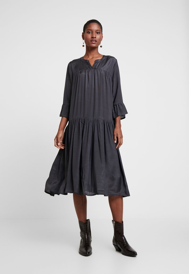 Kaffe - KATHEA 3/4 DRESS - Denní šaty - asphalt grey