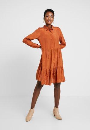 KADENIKE DRESS - Košilové šaty - ginger bread