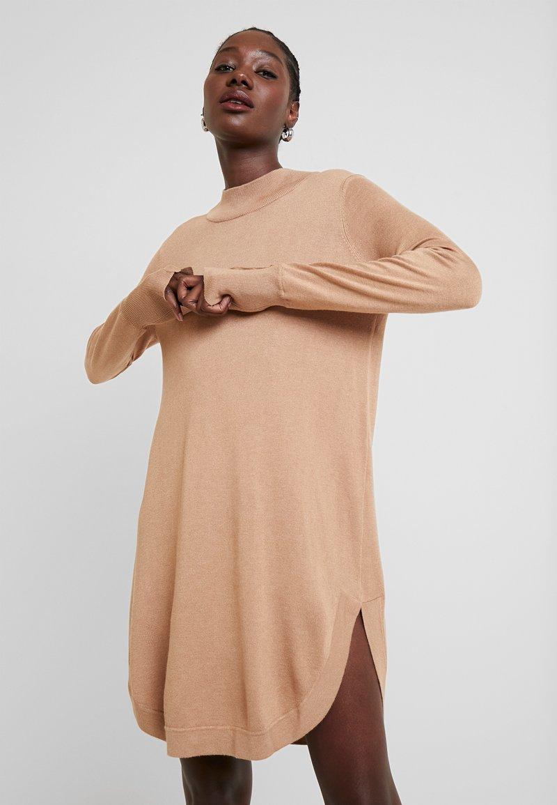 Kaffe - KAMELLY  - Pletené šaty - tannin melange
