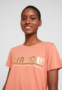 Kaffe - FARAH - T-shirts med print - dull orange - 4