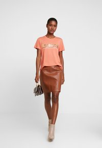 Kaffe - FARAH - T-shirts med print - dull orange - 1