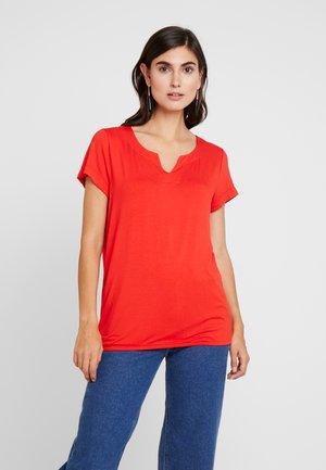 KAPETRA - Print T-shirt - high risk red