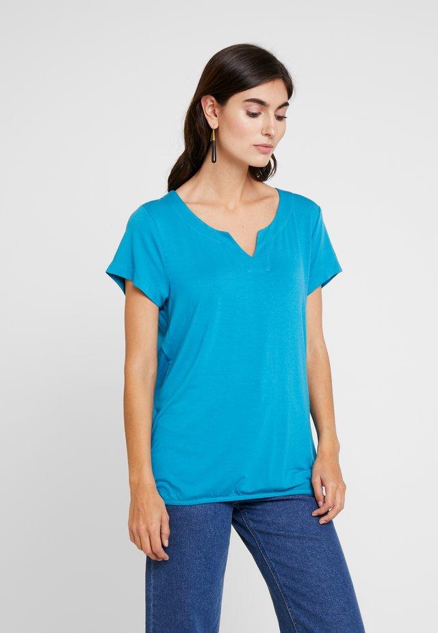 KAPETRA - T-shirt print - mosaic blue