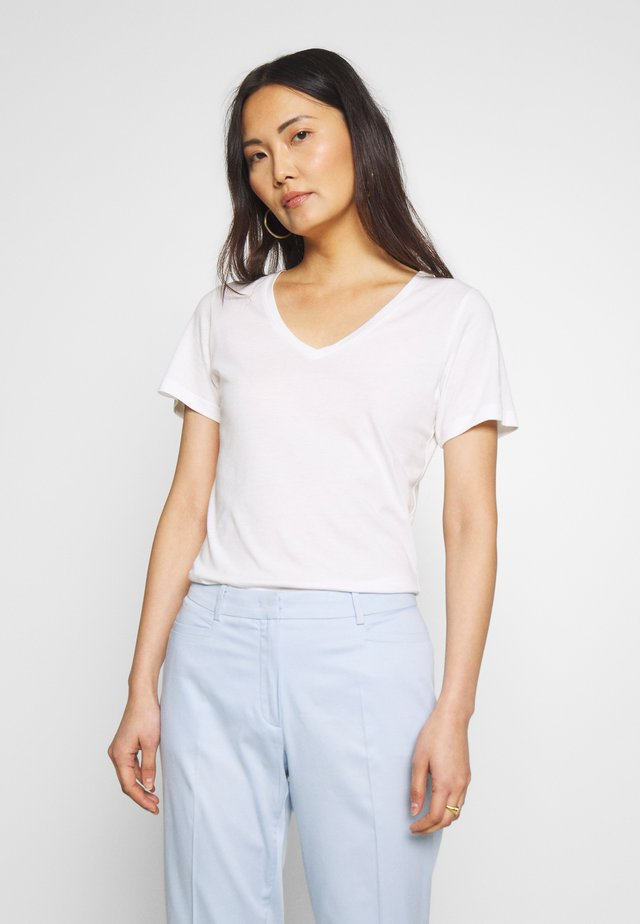KABEA - Basic T-shirt - chalk