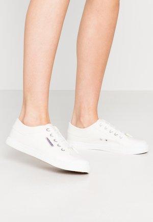 TENNIS - Matalavartiset tennarit - white