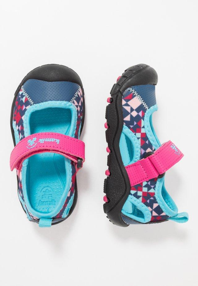 CLAIRE - Chodecké sandály - magenta
