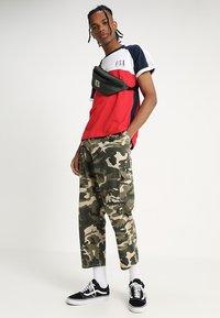 Kaotiko - Print T-shirt - blanco/rojo/marino - 1