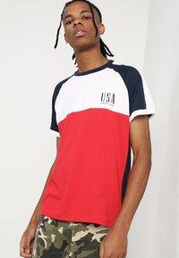 Kaotiko - Print T-shirt - blanco/rojo/marino - 0