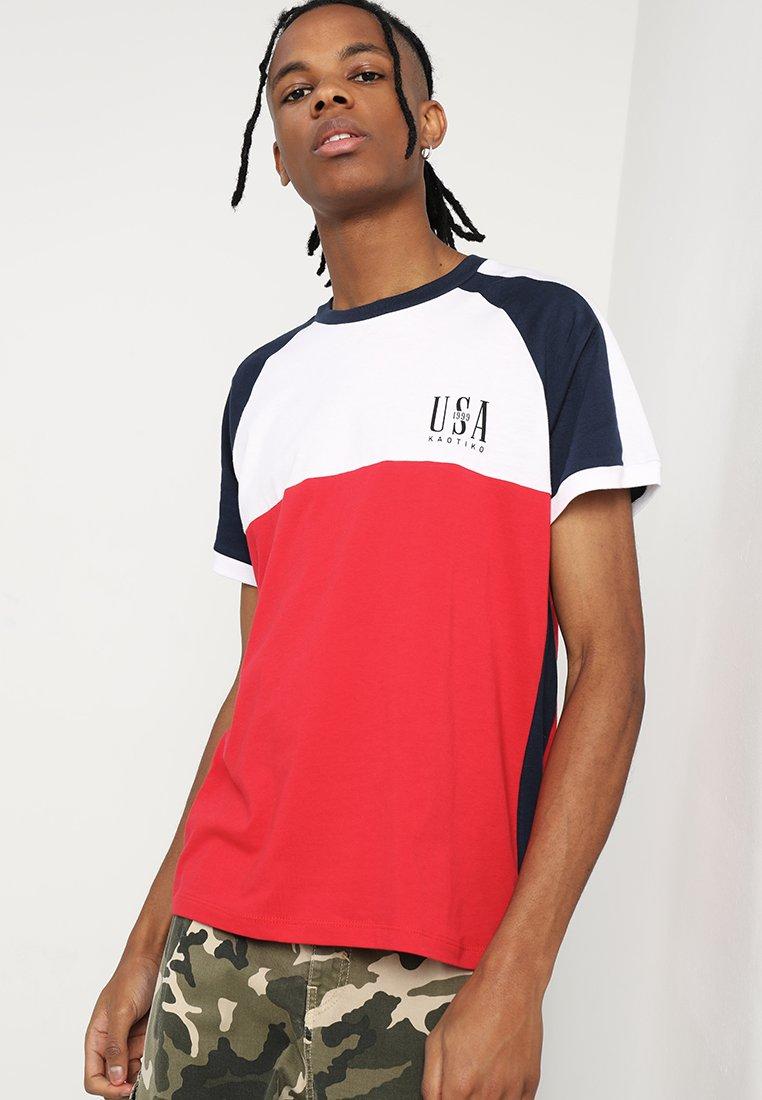 Kaotiko - Print T-shirt - blanco/rojo/marino