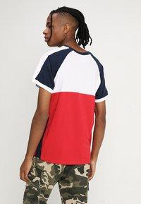 Kaotiko - Print T-shirt - blanco/rojo/marino - 2