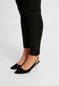 Kaffe Curve - JIA PANTS - Pantalon classique - black deep - 4