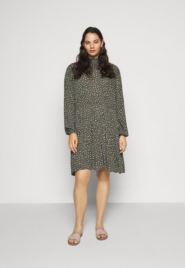 BITTEN DRESS - Denní šaty - grape leaf/chalk