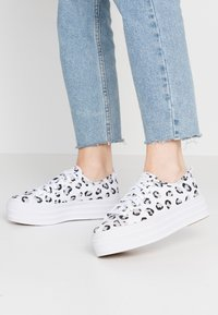 Keds - TRIPLE UP LEOPARD - Tenisky - white/black - 0